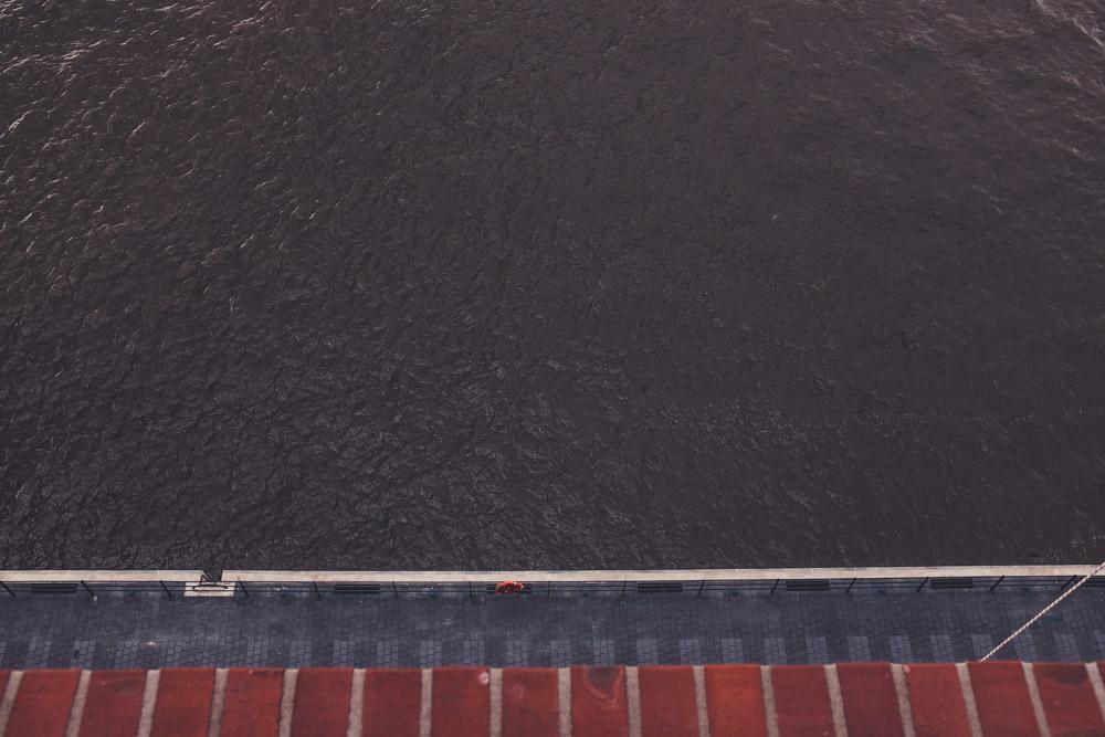 Die Elbe unter der Elbphilharmonie