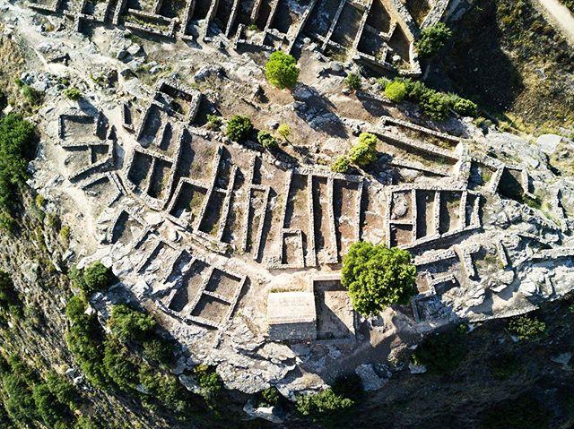 📷Despoblado Ibérico de Calaceite 📷Iberic Village of Calaceite . . .  #drone #elcuervoblanco #instadrone #dronestagram #dji #mavic #dronepic #dronephotography #landscape #landscapephotography #history #historia #architecture #arquitectura #art #outdoors #field #nature #photography #aerialphoto #sky #aerialphotography #coventry #calaceite #aragon #spain #españa #turismoaragon #teruel #matarraña