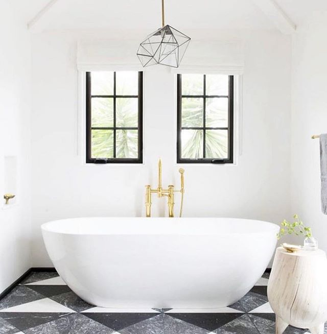 Monochrome bathroom 🖤 A contemporary and classic style choice, timeless in its appeal.  One of the easiest ways to give your room a spacious look is to use lots of white  Via @katiemartinezdesign