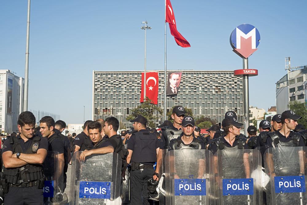 Istanbul le 8 juillet 2013. Un mois après les évènements de Gezi, les forces de l'ordre sont toujours présentes en masse sur la place Taksim pour prévenir tout rassemblement.