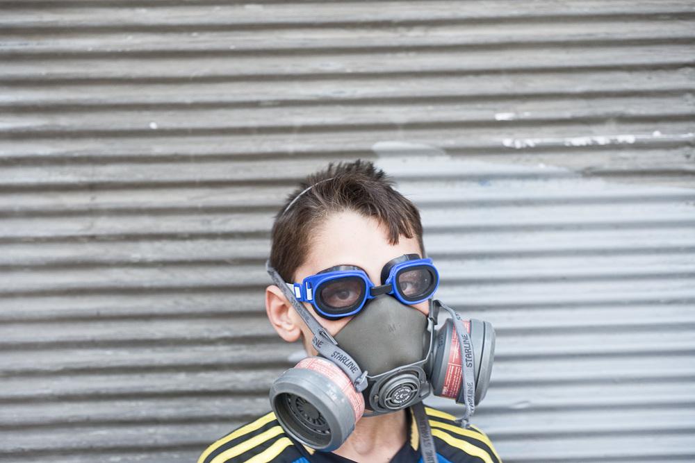 Istanbul Juillet 2013. Les événements de Gezi ont marqué les esprits. Dans la rue un jeune enfant « joue » à Gezi en portant un masque à Gaz et des lunettes de plongée comme le faisait les manifestants pour se protéger des gaz lacrymogène utilisés massivement par les forces de l'ordre.