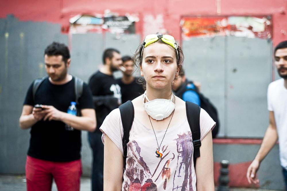 Istanbul, juillet 2013. Les affrontements avec la police ne sont plus quotidiens, mais ils demeurent fréquents. Dans les petites rues parallèles à la rue Istiklal, la principale artère commerçante d'Istanbul, un petit groupe de jeunes gens reste vigilant en gardant masques et lunettes pour se protéger d'éventuels tirs de gaz lacrymogène.