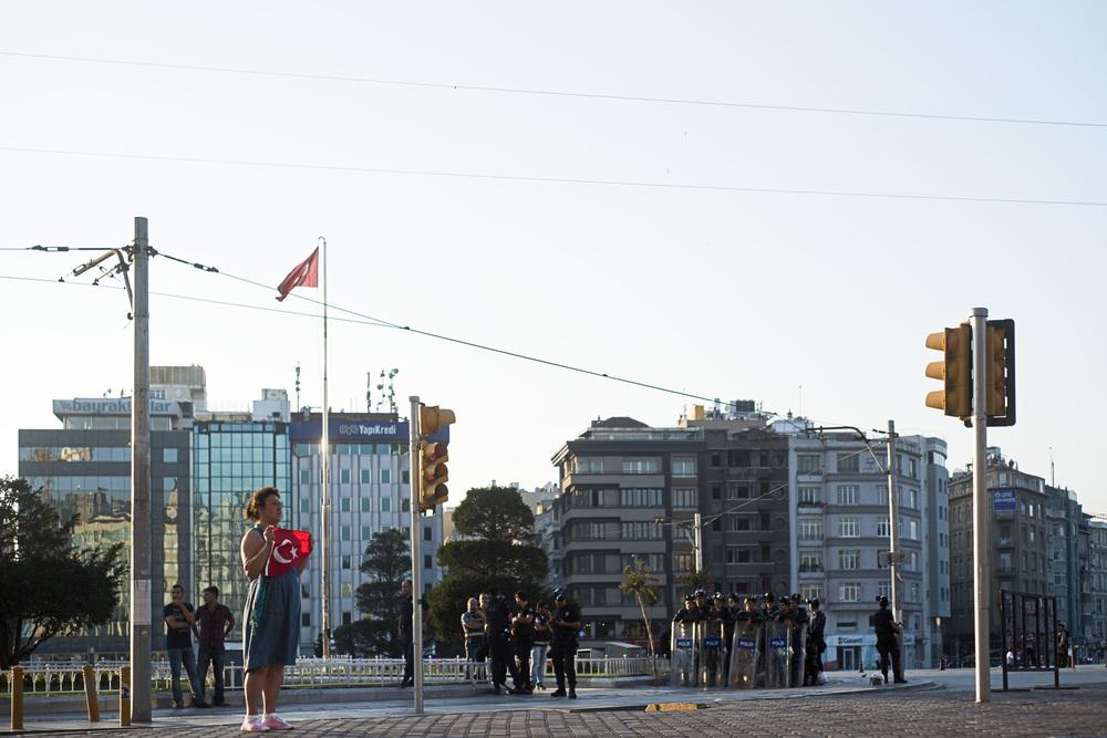 Istanbul juillet 2013C'est un chorégraphe de 34 ans qui a initié cette nouvelle forme de contestation en juin 2013. Pour protester contre la violente évacuation de la place Taksim et en mémoire des quatre manifestants tués pendant les affrontements avec la police, Erdem Gündüz s'est planté sur la place Taksim, droit, immobile, silencieux avec l'intention d'y rester pendant un mois.  Très vite,  la nouvelle de son action pacifique et insolite s'est propagée sur les réseaux sociaux avec le hashtag #Duranadam,  « l'homme debout ». La police a finit par l'arrêter, mais un nouveau mode de contestation était né.