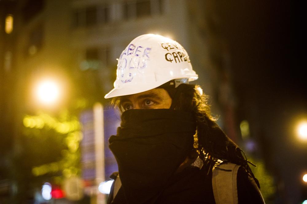 Istanbul Juillet 2013, Un çapulçu…Le 4 juin, en pleine contestation, le Premier ministre Erdogan traite les manifestants de « çapulcu », de vandales (ou pillards) et d'extrémistes qui oeuvrent  « main dans la main avec les terroristes». En réaction et par autodérision, les manifestants qualifient  leurs actions de désobéissance civile de « çapuling » parfois en l'anglicisant avec une terminaison en -ing, ou même en le francisant en « Chapulleur Chapulleuse». Une page wikipedia  a même été créée: http://en.wikipedia.org/wiki/Chapulling