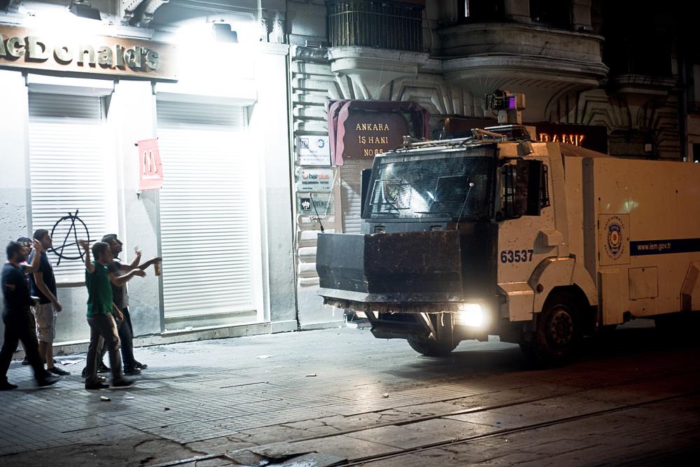 Istanbul, juillet 2013. La nuit, rue Istiklal, les Toma, les camions blindés de la police équipés de lances à eau, font des allers-retours, prêts à intervenir pour disperser les derniers regroupements de manifestants.