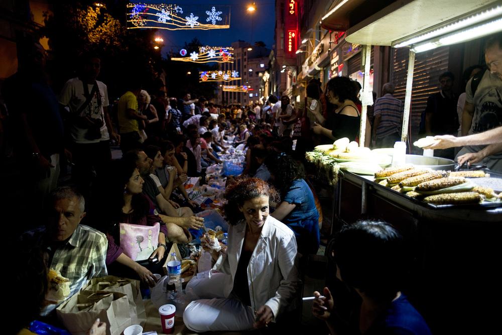 Istanbul, 9 juillet 2013.Privés de place Taksim, les opposants se retrouvent rue Istiklal et s'installent pour le repas de rupture de jeûne à même le sol. Plusieurs milliers de personnes participent à cet iftar improvisé.