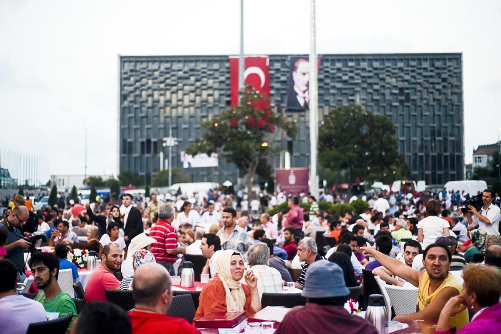 Istanbul, 9 juillet 2013.Pour l'Iftar, la rupture du jeûne du ramadan, l'AKP a invité ses sympathisants à se réunir place Taksim en leur proposant des tables et un repas. Pour le parti au pouvoir, il s'agit d'occuper l'espace public et de ne pas le laisser aux mains des manifestants, qui souhaitaient eux aussi, symboliquement, lever le jeûne sur cette place.
