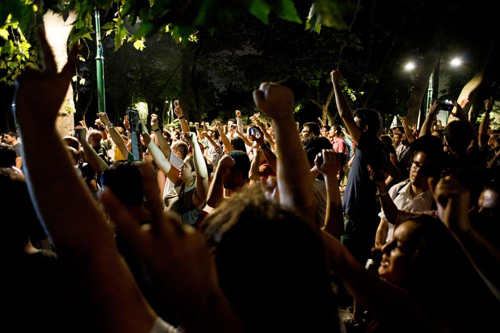 Istanbul, 9 juillet 2013.En ce premier soir de ramadan, les forces de l'ordre ne bloquent plus l'accès au parc Gezi. Les manifestants le réinvestissent et l'occupent une bonne partie de la nuit en chantant.