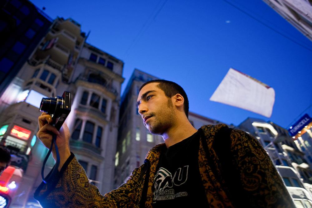 Istanbul juillet 2013Memhet, étudiant en histoire, 23 ans. Son Iphone, son appareil photo et sa caméra GoPro sont ses « armes contre le pouvoir et les mensonges d'Etat » et la censure. Il couvre les événements en  «live streaming», une diffusion en direct sur internet à partir de son téléphone portable. Il tourne pour globaltv.net et pour sa propre chaine de streaming NaberMédia, qui au plus fort des évènements enregistre jusqu'à 150 000 connexions.