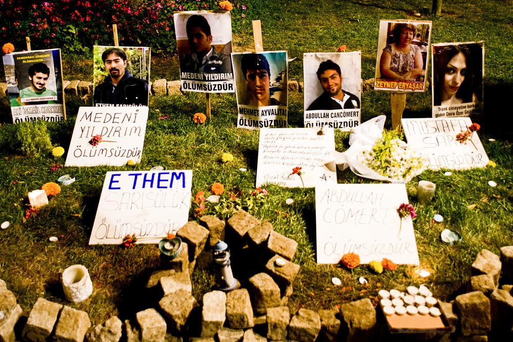 Istanbul juillet 2013,Le lendemain de la réouverture du Parc Gezi, un mémorial en l'honneur des morts de Gezi est dressé.