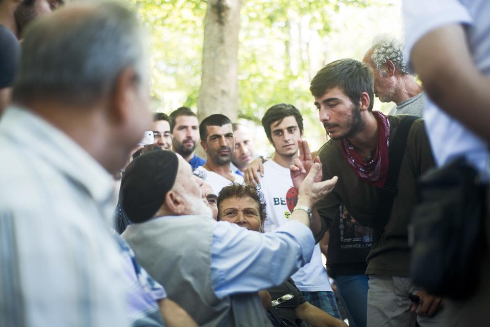 Istanbul juillet 2013,Après la violente évacuation de Gezi, les forums, nouvelles formes d'agora où les manifestants parlent et expérimentent la démocratie, se poursuivent et se mulitplient dans les autres parcs de la ville.