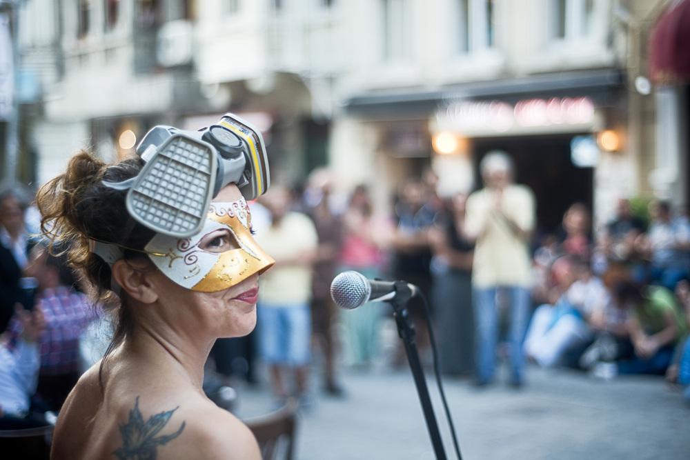 Istanbul juillet 2013,Dans une petite rue près de Taksim, les commerçants ont improvisé un concert, intitulé «on veut de la musique pas du gaz».