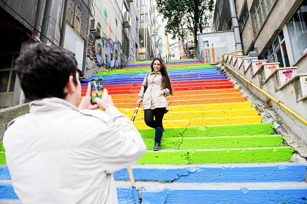 Istanbul mars 2014La guerre des couleurs. L'expression de créativité dans l'espace public a commencé pendant l'occupation du parc Gezi et de la place Taksim. A la fin de l'été 2013, un stambouliote à la retraite décide de faire repeindre les escaliers près de chez lui aux couleurs de l'arc en ciel pour  « faire sourire les gens ». Le lendemain, les escaliers avaient été repeints en  gris, la couleur systématiquement utilisée par la municipalité d'Istanbul pour recouvrir les graffitis des « pro-Gezi ». Mais les habitants réclamèrent le retour des couleurs. Depuis le multicolore grignote le gris et le béton un peu partout à Istanbul et dans d'autres villes de Turquie