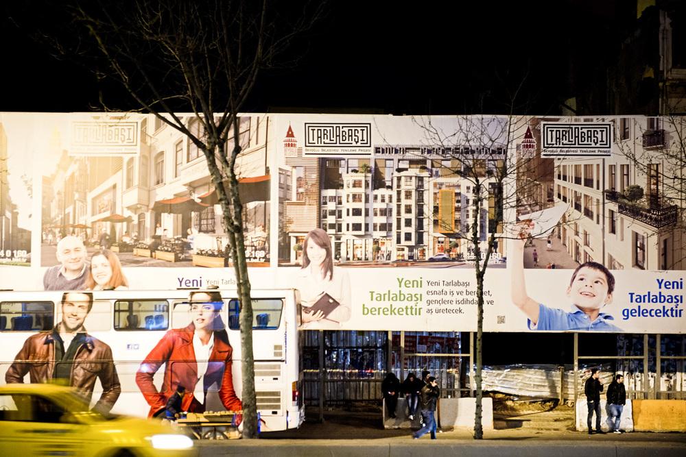 Istanbul, mars 2014 Le quartier de Tarlabasi, ne sera pas réhabilité, mais détruit. Le projet immobilier qui s'affiche sur des palissades qui encerclent le quartier annonce le changement : «Boutiques et résidences de luxes. Le nouveau Tarlabasi : une promesse de prosperité, d'emploi et d'abondance ». C'est entre autre contre cette « gentrification » que se battent acteurs et sympathisants de Gezi.