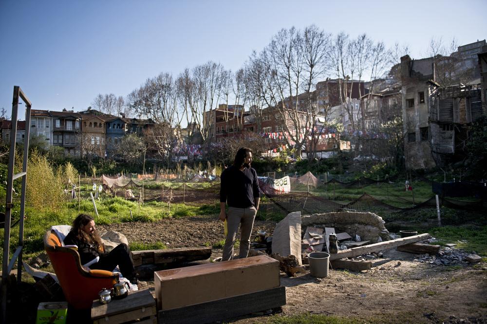 Istanbul mars 2014. Le «bostan», jardin partagé, de Kuzgunjuk. Ce terrain proche du Bosphore est convoité par la mairie depuis plusieurs années. Le collectif qui a décidé de l'ouvrir au public s'organise pour surveiller l'endroit en permanence pour éviter que les autorités ne viennent en bloquer l'accès.