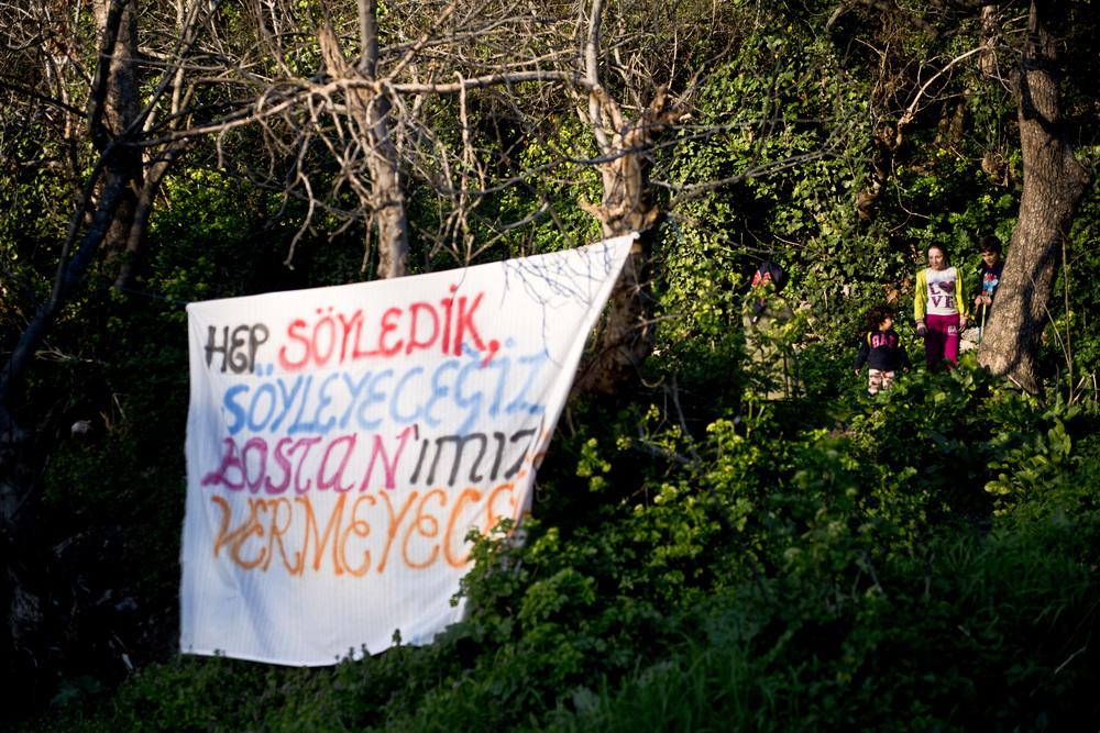 Istanbul mars 2014.« Nous ne renoncerons pas à notre jardin » annonce la banderole.  Pour les habitants de Kuzkungjuk, défendre ce terrain c'est faire « de la résistance végétale» et «défendre un endroit qui appartient à tous». C'est aussi poursuivre ce qui avait été entamé à Gezi où un jardin partagé avait été mis en place pour mettre l'accent sur l'engagement écologique du mouvement.