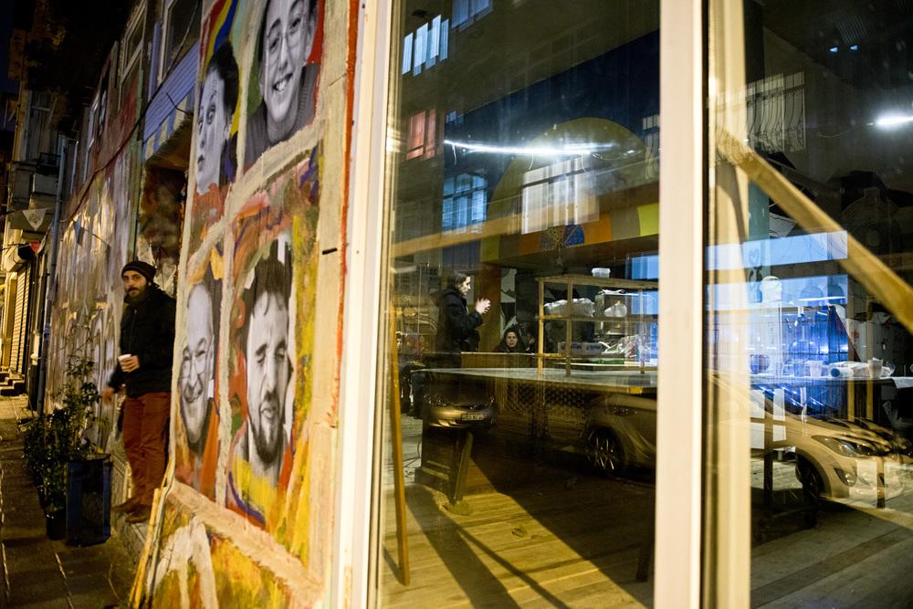 Istanbul, mars 2014« Toute la diversité, toutes les couleurs de Gezi continuent de vivre ici, c'est une tentative de faire vivre la démocratie, pour ne pas se contenter de voter tous les quatre ans, mais participer activement aux décisions de notre ville » explique Eser, 34 ans, psychologue, très active dans la maison solidaire Don Quichotte.Tous les lundi un forum est organisé pour discuter de l'actualité de la semaine, toutes les deux semaines il y a un forum en anglais pour les étrangers et tous les mois un forum pour les femmes. De nombreux ateliers sont organisés sur la base du volontariat. «La seule condition c'est que ce ne soit pas marchand. Comme durant Gezi, ici nous ne voulons pas de rapport financier, tout n'est que solidarité et échange équitable».