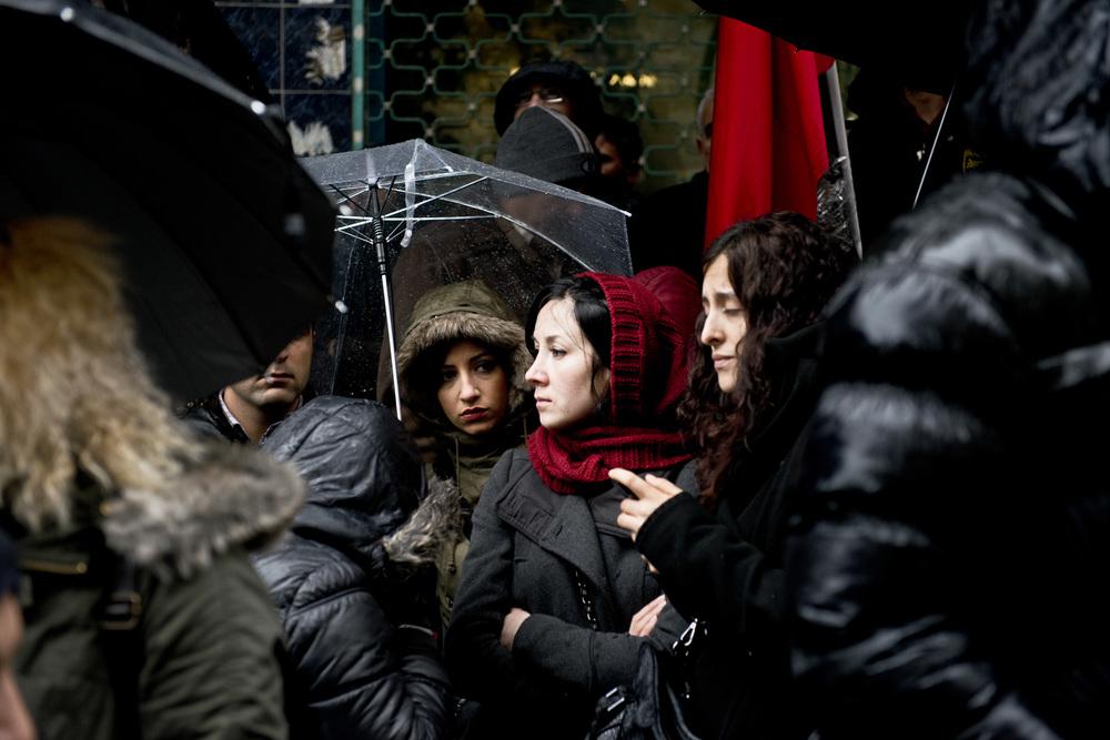 Istanbul le 11 mars 2014Receuillement devant la mosquée du quartier d'Okmeydani où a été transportée la dépouille du jeune Berkin Elvan, décédé après 269 jours de coma. Cet adolescent de 15 ans avait été blessé par un tir de gaz lacrymogène pendant les manifestations de Gezi, début juin 2013.