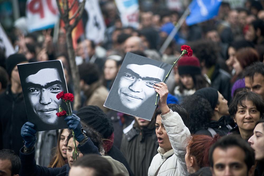 Istanbul le 12 mars 2014Au lendemain de l'annonce de la mort de Berkin Elvan plusieurs centaines de milliers de personnes défilent dans la rue en criant «Erdogan assassin», «Berkin Elvan est immortel».