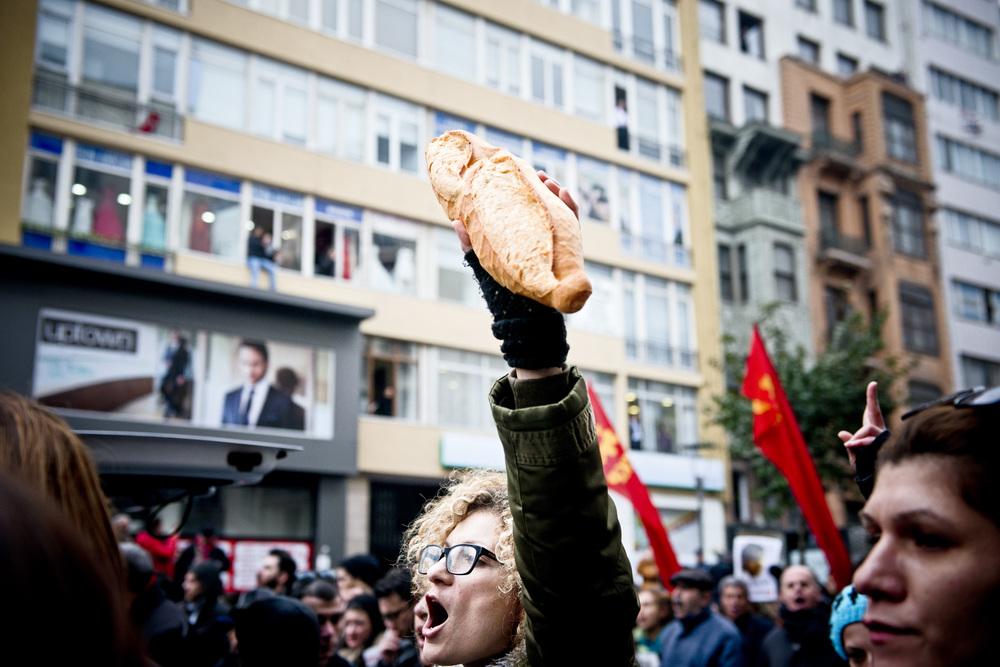 Istanbul le 12 mars 2014Le pain brandit par les manifestants est le plus triste des symboles liés à Gezi. Il rappelle que Berkin Elvan a été mortellement blessé alors qu'il était sorti de chez lui, pendant les manifestations, simplement pour aller chercher du pain. Depuis, brandir une miche de pain dans une manifestation est une façon de dénoncer la violence policière, qui s'est aveuglément abattue sur un enfant.
