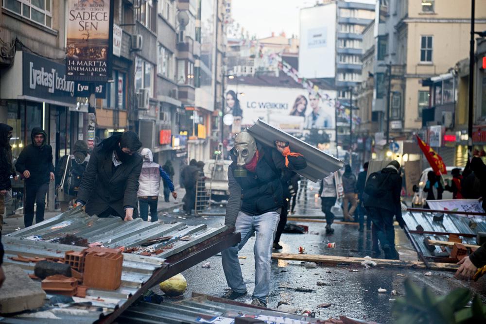 Istanbul le 12 mars 2014A l'approche de la place Taksim, les forces de police décident de disperser la manifestation dans une débauche de violence qui ne reste pas sans réponse. En quelques minutes les rues autour de la station de métro d'Uçmanbay deviennent le terrain de violents affrontements.