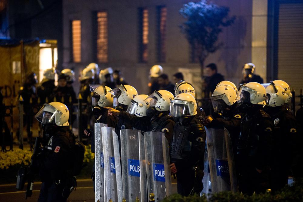Istanbul le 12 mars 2014Les affrontements dureront jusque tard dans la nuit, avec toujours les mêmes modalités. Les forces de l'ordre empêchent systématiquement les manifestants d'approcher la place Taksim et dispersent, parfois viollemment les cortèges.