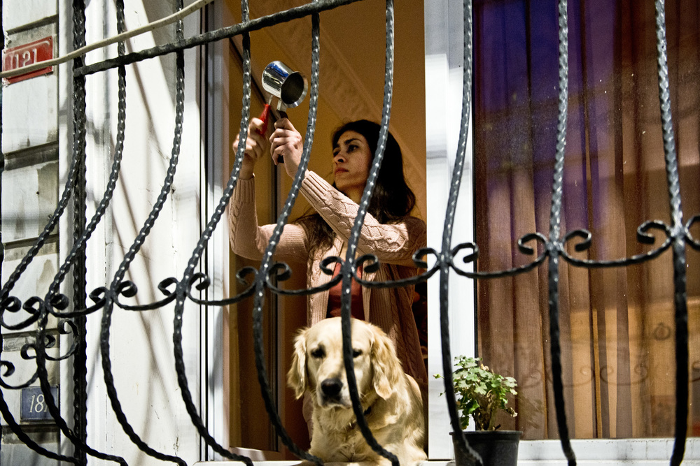 Istanbul, mars 2014Sans descendre dans la rue, certains Stambuliotes protestent depuis leurs fenêtres, en tapant sur une casserole, une poêle à frire ou un verre. Le soir des funérailles de Berkin Elvan, en plus de taper sur des casseroles, on pouvait entendre le mot « Assassin », désignant implicitement le 1er ministre comme le responsable de la mort du jeune Berkin.