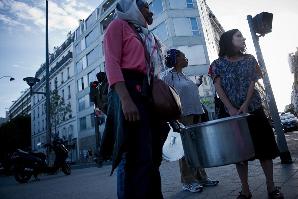 Pour faire face aux besoins de la vie quotidienne sur le campement, les riverains solidaires ont organisé des commissions de gestion. Ici, «la commission nourriture» gère les  dons et la confection de repas chaque jour. Paris 18ème, le 27 juin 2015.