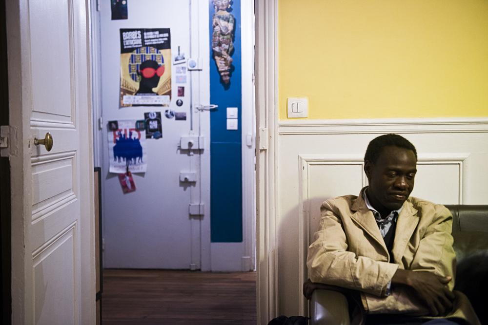 Ismail, originaire du Soudan, attend très intimidé de prendre une douche chez Nicolas, un anthropologue qui s'est engagé bénévolement auprès des migrants de son quartier. Occasionnellement, Nicolas leur ouvre sa porte pour leur permettre de se laver. Rester propre est une des difficultés principales pour les migrants livrés à eux-mêmes. Paris 18ème,  le 9 juillet 2015.