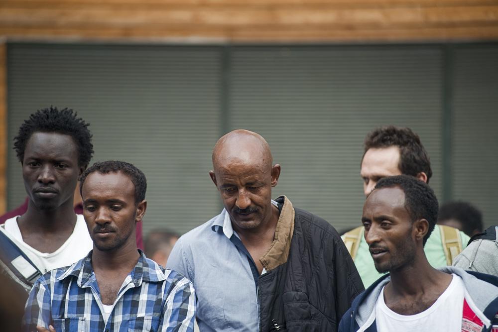 Durant les A.G. ont sent parfois la détresse et l'incompréhension des migrants face à leur situation de grande précarité et l'incertitude dans laquelle ils sont plongés. Paris 18ème, le 12 juillet 2015.