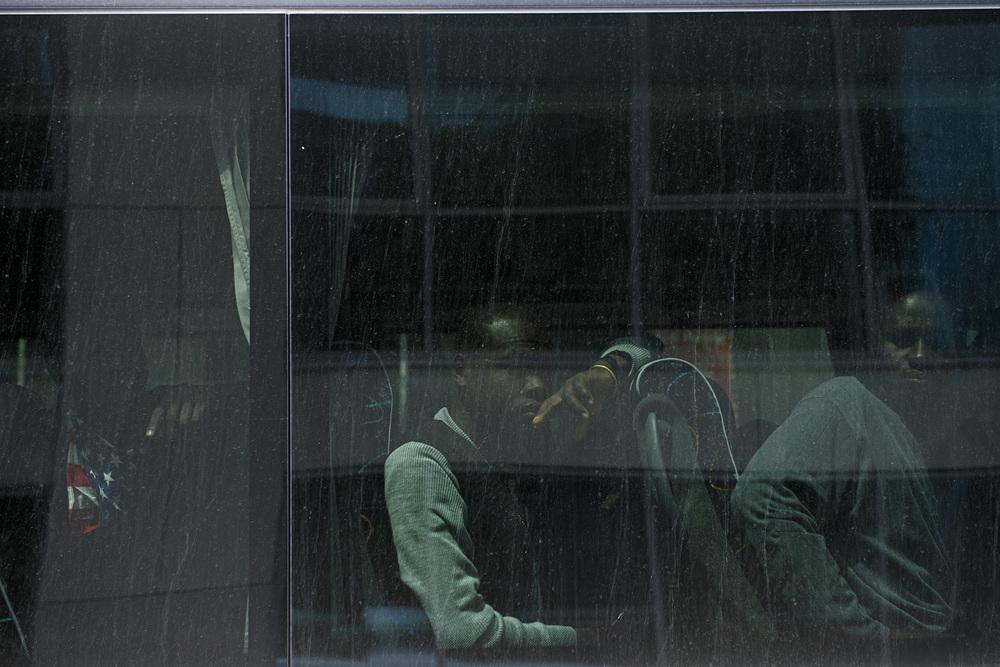 Tôt le matin, des représentants de l'OFPRA et d'Emmaüs sont arrivés sur le camp pour proposer des solutions de relogement. La ville de Paris a mis à disposition des bus pour emmener les migrants. Pour s'assurer de la décence des solutions proposées, des soutiens montent à bord des bus et accompagnent les migrants jusqu'à leur nouveau lieu d'hébergement. Paris 18ème, le 9 juillet 2015.