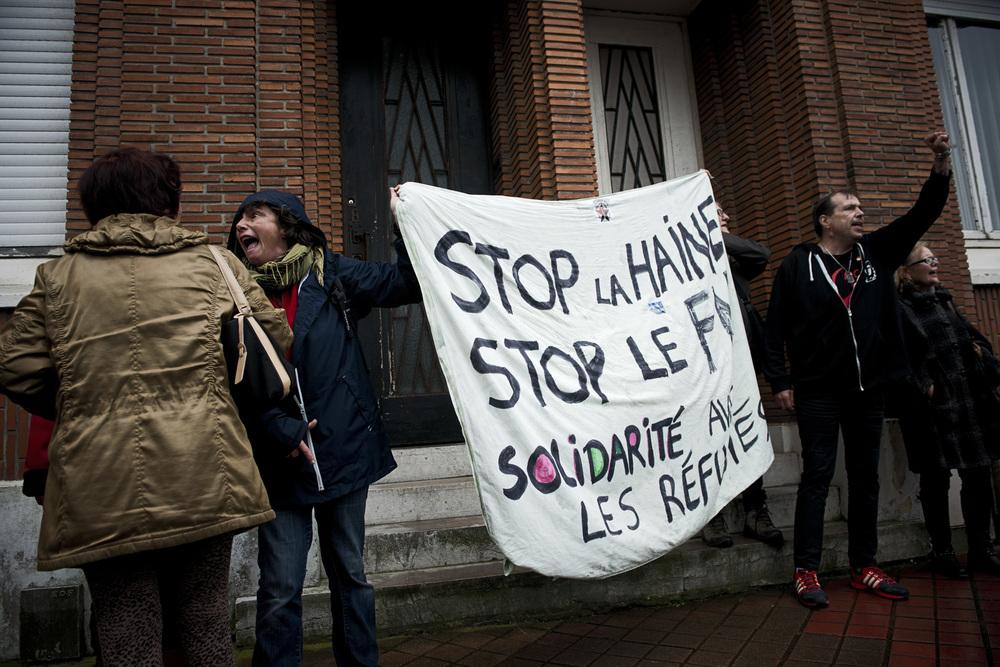 Face au nombre croissant de migrants, il y a l'exaspération de certains calaisiens, mais aussi l'indéfectible engagement bénévole et militant de certains autres.  Si la population, dans son ensemble, dénonce le problème créé par cet afflux, elle n'est pas pour autant hostile aux migrants. Toutefois, la venue de Marine Le Pen le 24 octobre dernier a réveillé les tensions au sein de la population.