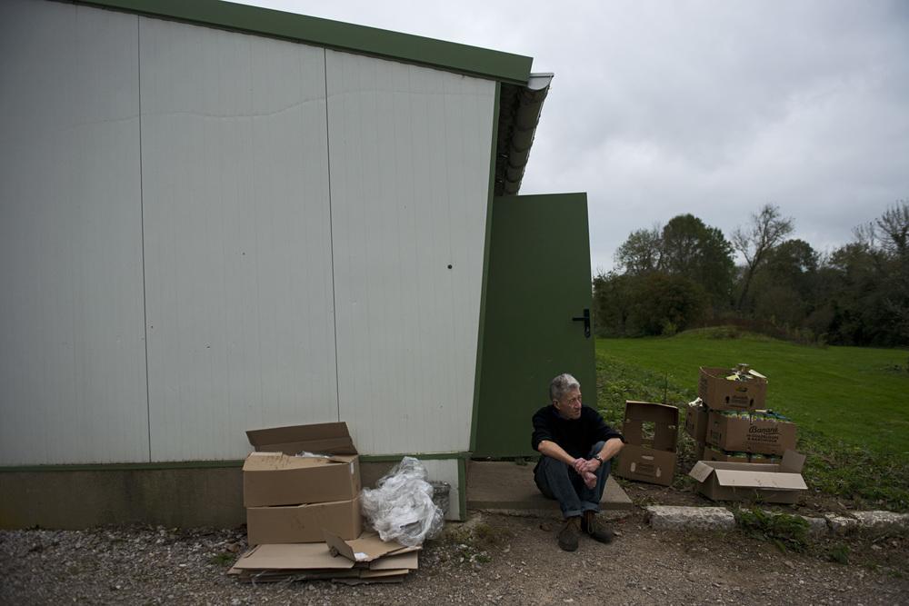 L'association stocke les dons et prépare les repas dans un entrepôt, situé à une quinzaine de kilomètres de Calais, qui a été gracieusement mis à disposition par un militant.