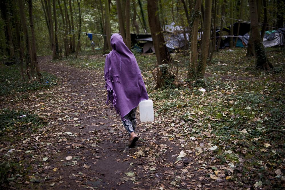 L'approvisionnement en eau est une des principales préoccupations quotidiennes des migrants. Ils en transportent des litres pour cuisiner, faire leur toilette et laver un peu de linge.
