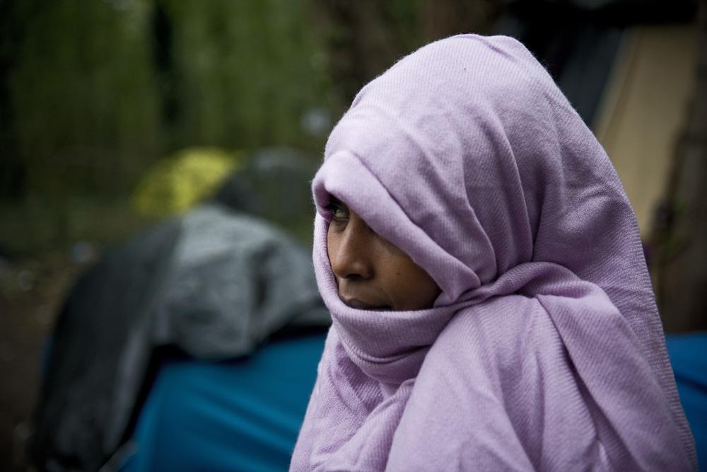 L'arrivée plus nombreuse de femmes est un phénomène nouveau. Elles seraient aujourd'hui plus de 200 à vivre entre la «jungle» est les squats. Tigest, 20 ans, originaire d'Erythrée est arrivée dans «la jungle» il y a une semaine. Toutes les nuits, elle  tente de passer en Angleterre.