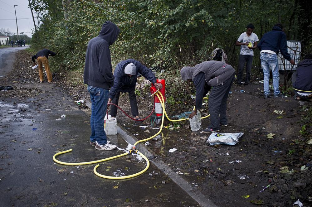 L'approvisionnement en eau de la «jungle» et du camp de Tioxide dépend de l'unique borne à incendie du secteur. Lorsque cette dernière est (régulièrement)   refermée par les autorités, le point d'eau le plus proche se trouve à environ 800 mètres.