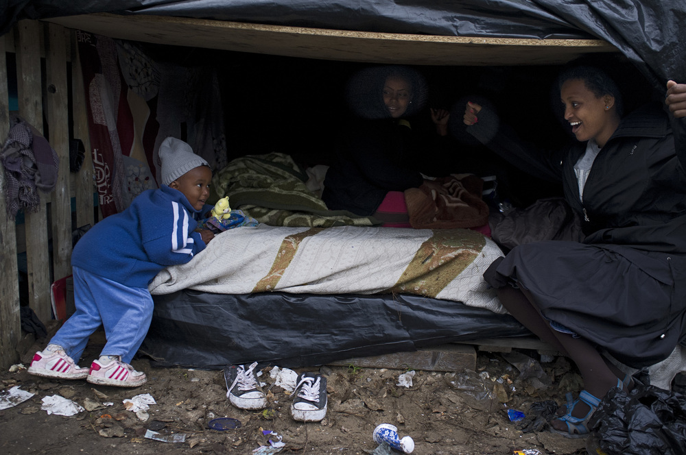 Plusieurs familles et des femmes seules avec leurs enfants vivent dans le camp de Tioxide.