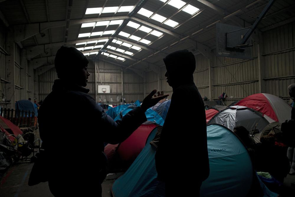 Ils viennent d'arriver ou se trouvent là depuis une semaine ou plusieurs mois. Originaires d'Erythrée pour la plupart, ils occupent le gymnase désaffecté de Tioxide transformé en campement. Comme tous les autres, ils attendent un hypothétique passage en Angleterre.