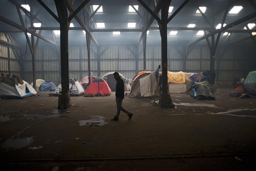 Le squat Galloo dans le centre de Calais est une ancienne usine qui accueille environ 600 migrants et plusieurs dizaines de femmes, principalement originaires du Soudan. Certains migrants sont installés à l'intérieur des batiments, d'autres vivent en plein air sur le site.