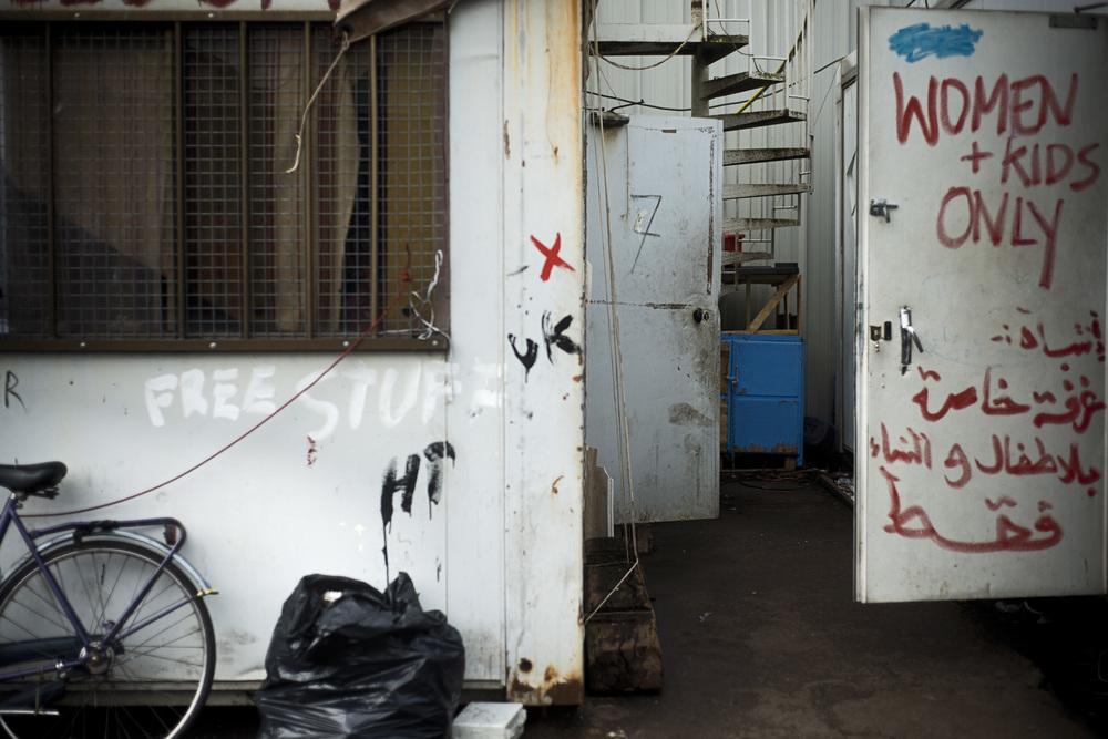 Les femmes qui vivent dans le squat Galloo, dans le centre de Calais,  au milieux de plusieurs centaines de migrants, se regroupent dans deux containers réservés. Elles s'entassent à plus d'une vingtaine pour dormir dans ces espaces d'une dizaine de mètres carré.
