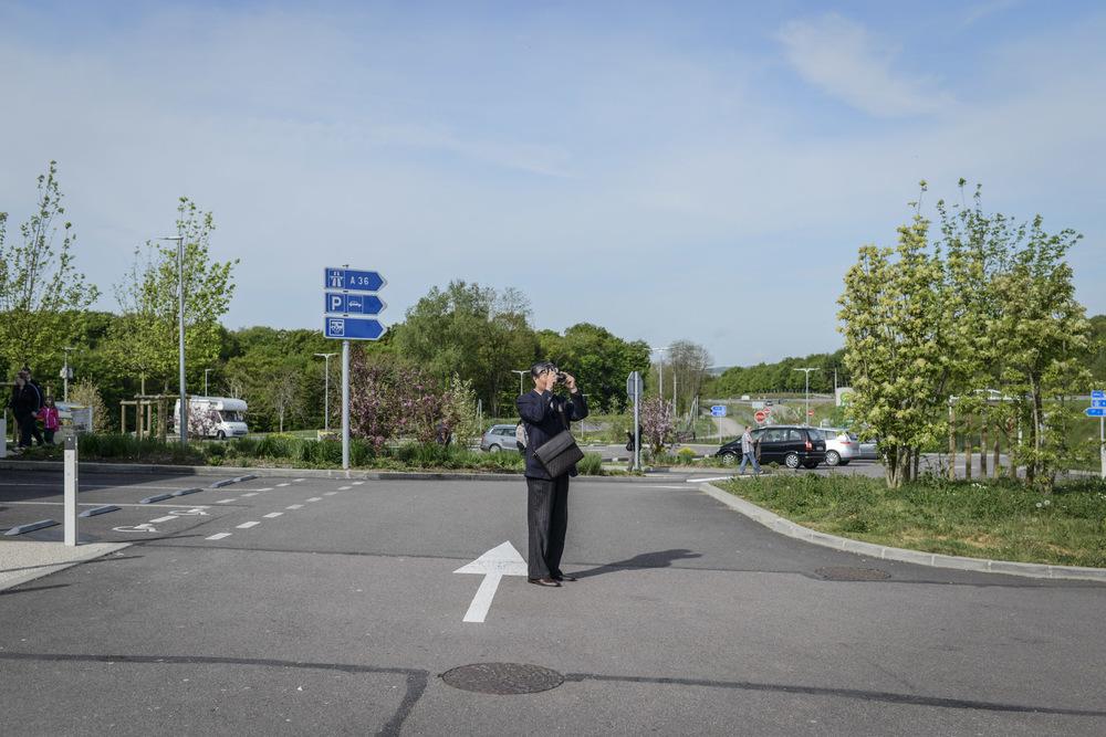 Jour 5: Le départ de Paris annonce le début d'un road trip effréné à travers l'Europe. En l'espace de cinq jours, ces touristes vont « découvrir » pas moins de quatre pays. De fait, les aires d'autoroutes deviennent des étapes à part entière où ils font leurs courses en station-service.