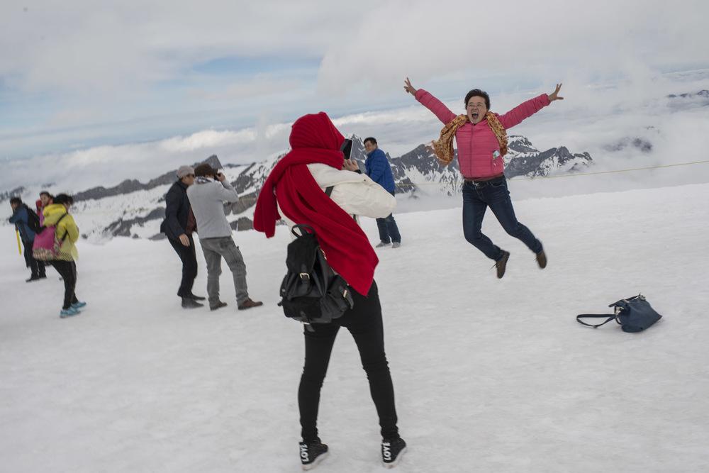 Les touristes disposent de 40 minutes pour faire le tour du sommet alors que la plupart découvre la neige pour la première fois et s'en donne à cœur joie.