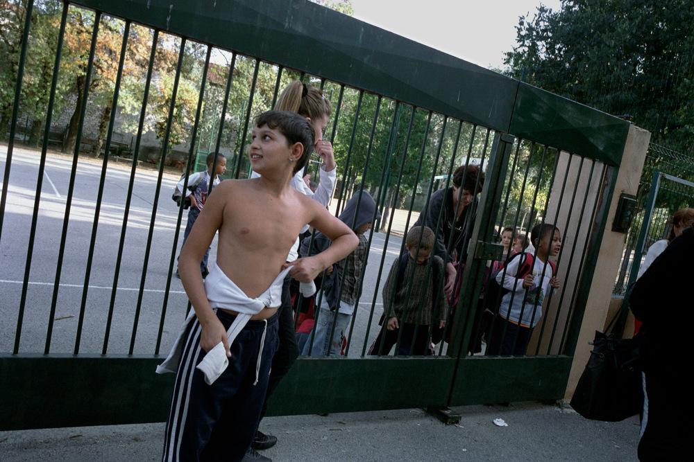 Adrian attendant ses sœurs devant l'école des Près-Saint-Jean. Alès, 2008.
