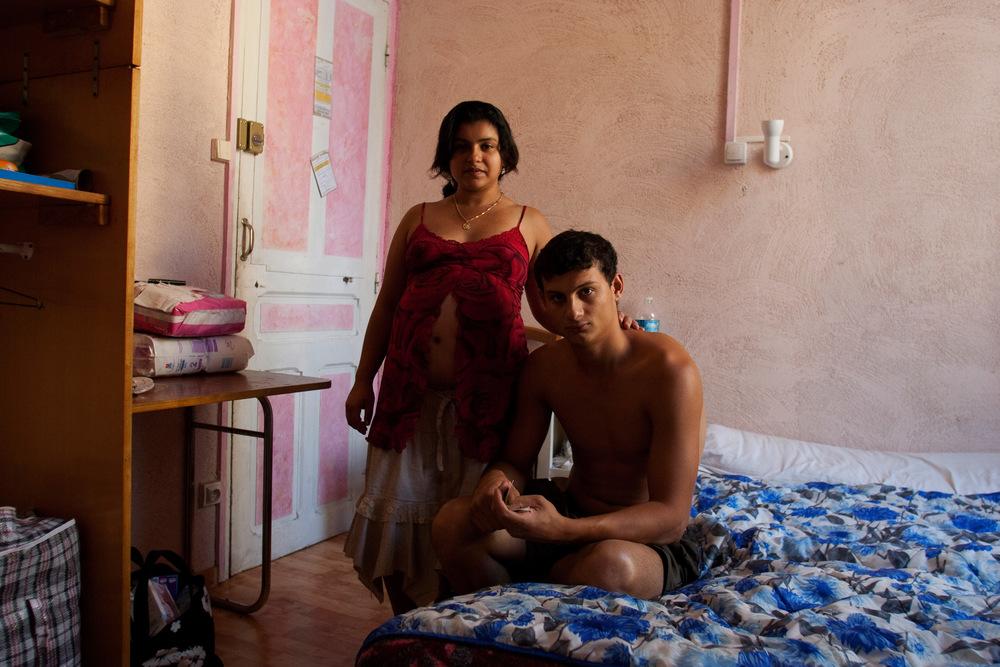Florin et Monica. Nîmes, 2008.  À leur retour de Roumanie, Florin, 19ans, fils aîné de Rémus et Liliana, et sa femme, Monica, 17 ans,enceinte lors de l'expulsion,ont un enfant.  Le couple est pris en charge par la municipalité de Nîmes et loge à l'hôtel.