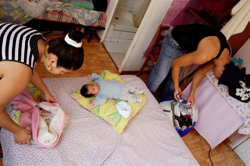 Monica, Armando et Florin quittent la chambre d'hôtel que les services sociaux de Nîmes leur ont attribué. 2008  Après son accouchement, le couple loge deux mois à l'hôtel.Florin recherche un emploi à la même période.