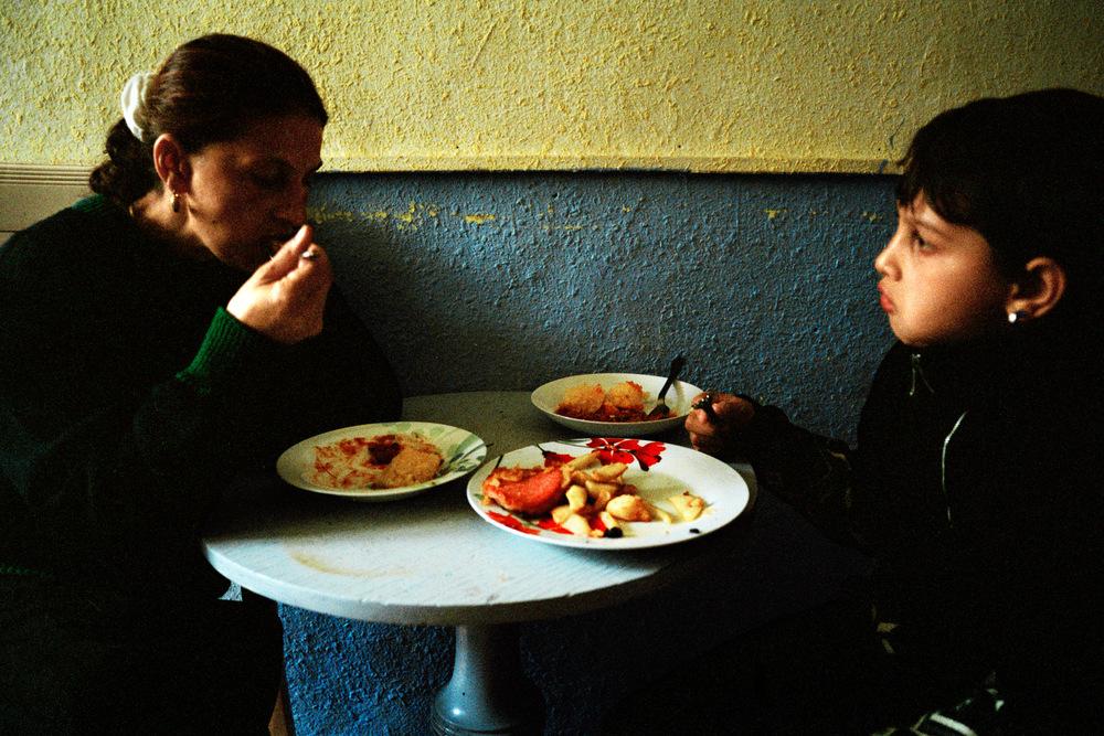Adrian et Liliana (mère), lors du repas du midi. Alès Automne 2009.