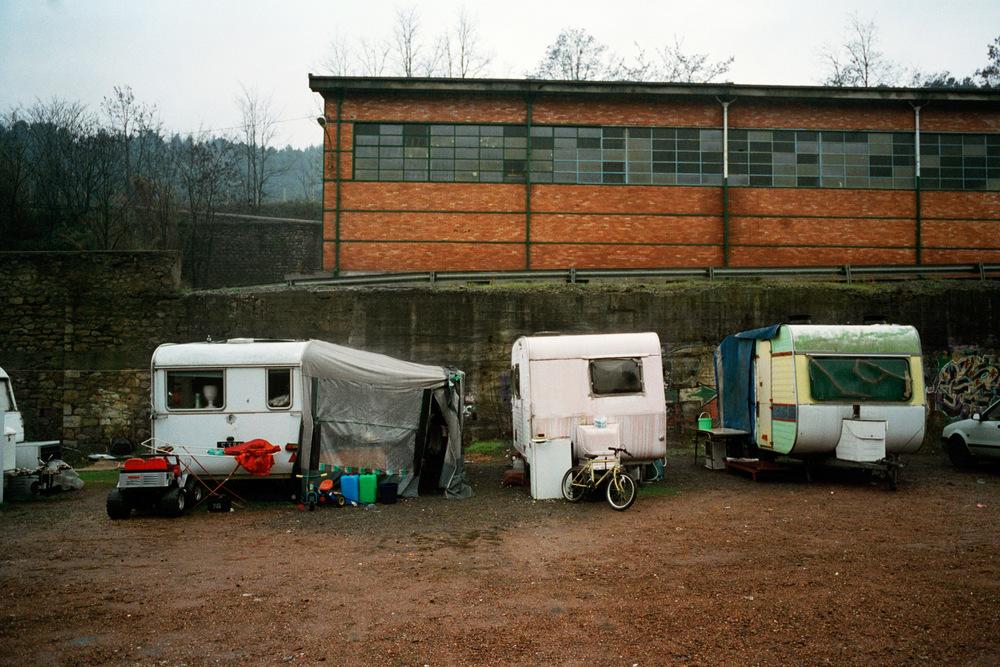 Ancien terrain minier de la Grand-Combe. Hiver 2010.  La famille vit dans trois caravanes sur un terrain vague de la Grand-Combes et y passe l'hiver 2009-2010.