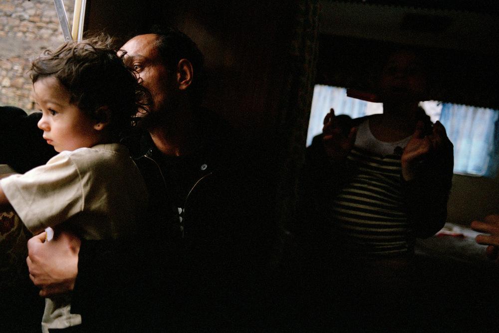Rémus et Armando, son petit fils. La Grand-Combe 2010.  Rémus tombe gravement malade cette année-là. Il est amputé de plusieurs orteils dû à une artère bouchée. La gravité de sa situation lui permettra d'obtenir des aides, un logement décent et des papiers.