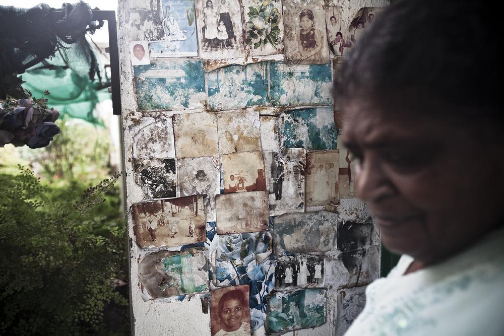 Ravine des cabris, Saint-Pierre. Sur un des murs de sa cour, Mme Amouny a accroché de nombreuses photos de famille. Des photos qui, pour certaines, ont plus de 50 ans. Mme Amouny est issue d'une famille d'engagés. Un de ses fils et deux de ses petits-enfants sont des prêtres tamouls.