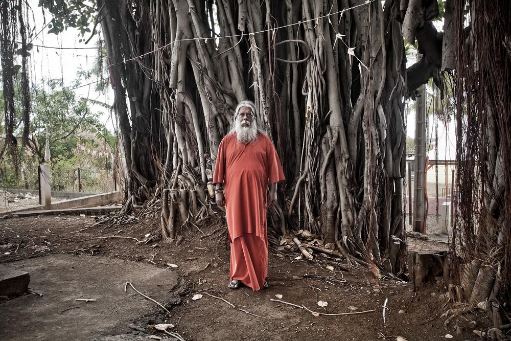 """Ashram du Gol, Saint-Louis. Il s'appelle Swami Premananda Puri. Dans sa vie d'avant, il était un Ramassamy. Fils d'un couple de descendants d'engagés indiens, il a grandi à Saint-Denis. Son destin hors du commun l'a conduit des bancs de la Sorbonne jusqu'au Kérala où, alors qu'il vivait reclus dans une grotte, il fit la connaissance d'Amma. Considérée comme une déesse vivante en Inde, elle a fait de lui l'un de ses rares disciples, un fils spirituel. Il a ouvert en 1987, à sa demande, cet ashram au Gol dédié aux Réunionnais malades ou en difficulté. Des centaines de femmes et d'hommes en perte de repères ou en quête de sens et y ont depuis séjourné. Le disciple d'Amma poursuit son travail pédagogique autour de la spiritualité. """"Ici, tout le monde peut venir prier et méditer. J'organise aussi des conférences tous les samedi soirs avec des intervenants extérieurs"""". Même si elle est déjà baptisée Maisonde l'Inde, Swami Premananda Puri voudrait faire de l'ashram du Gol un véritable sanctuaire de la culture indienne. Il y travaille avec l'actuel consul de l'Inde."""